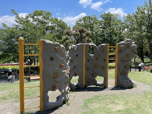 富士川クラフトパーク・砦遊具広場のみにロッククライミング
