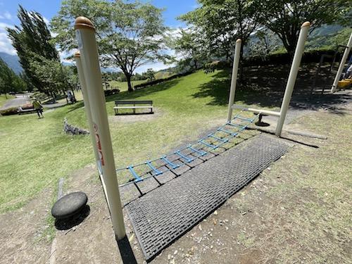 富士川クラフトパーク・砦遊具広場の揺れる端遊具