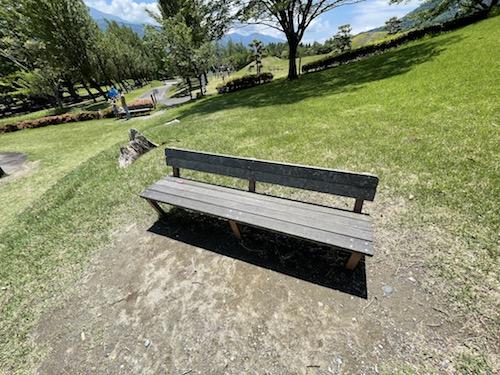 富士川クラフトパーク・砦遊具広場の低いベンチ