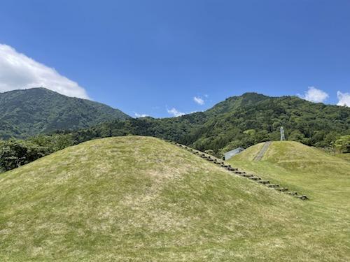 富士川クラフトパーク・砦遊具広場内の古墳風小山