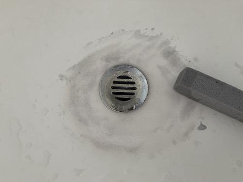 ピューミィを洗面台に使用している最中