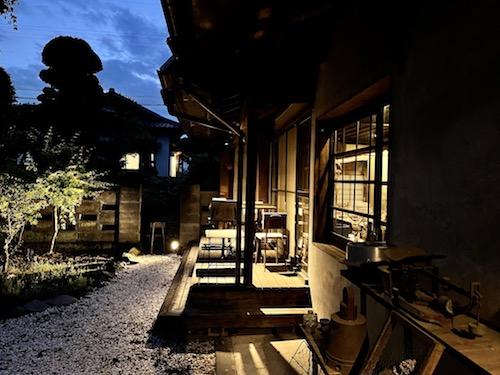 nodo二川伊料理店の日暮れから薄暮になった時間帯の屋外席。