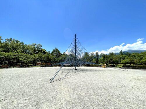 誰もいない夏の御勅使(みだい)南公園の遊具ゾーンにあるザイルクライミング