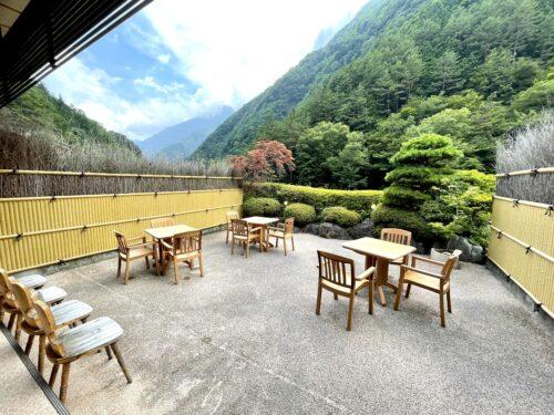 西山温泉・慶雲館の屋外休憩所