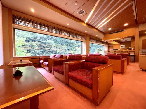 西山温泉・慶雲館のソファ