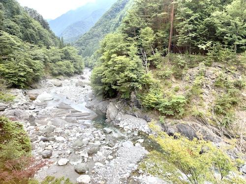 西山温泉・慶雲館から望む渓谷