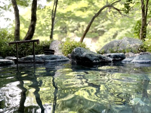 西山温泉・慶雲館の貸切露天風呂
